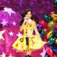 Cuissardes et robe à coeurs, Katy Perry mixe les genres, mutine et sexy.