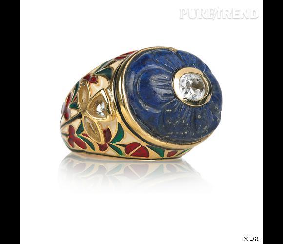 Bague Isharya       Une bague plaqué or et lapis-lazuli, comme chinée dans Old Bazaar à Istanbul.    Prix : 164€     En vente sur    www.net-a-porter.com