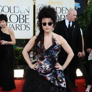 Helena Bonham Carter opte pour une ballerine verte et une rose.