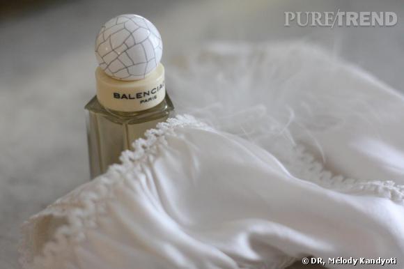 """Parfum  Balenciaga Paris  en vaporisateur de poche (20 ml), 35€, et culotte """"Minette""""   Fifi Chachnil  , 85€."""