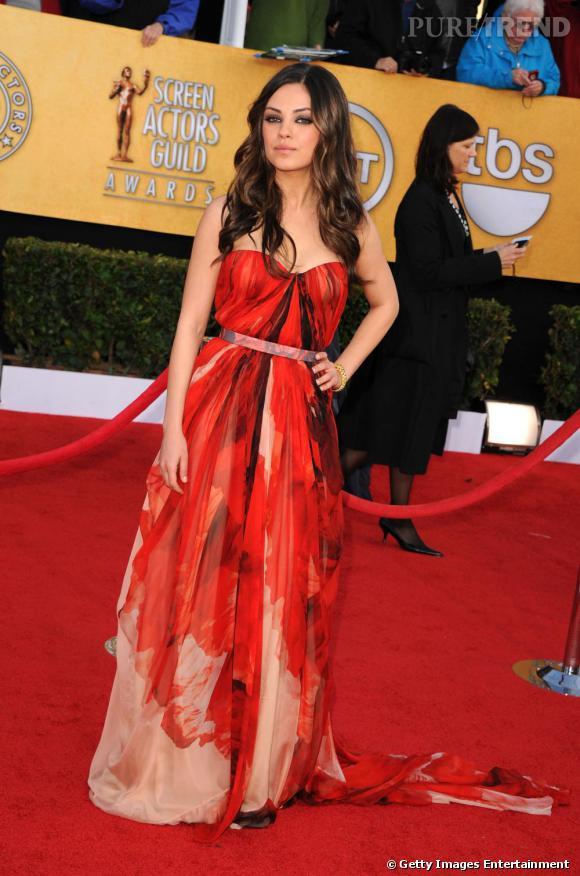 """Mila Kunis aux """"Screen Acotrs Guild Awards"""" était tout simplement sublime en robe Alexander McQueen."""