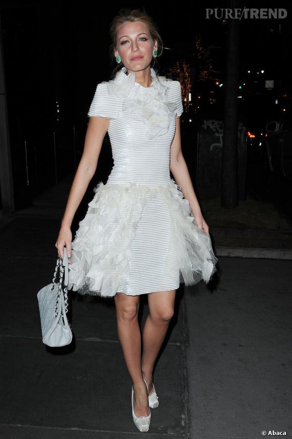 7248d6b30f4d Escarpins de danseuse Christian Louboutin, sac matelassé Chanel, Blake  Lively pimente sa robe de
