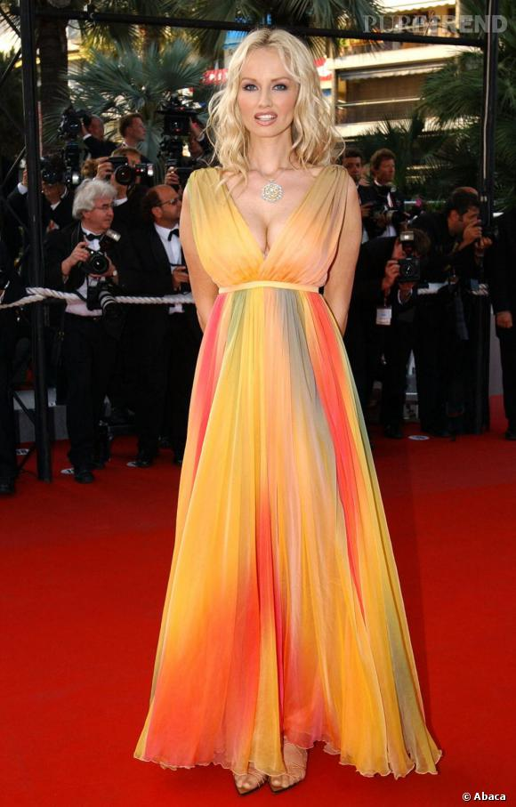Une vrai statut grecque : Adriana Karembeu est sublime dans cette robe orangée.