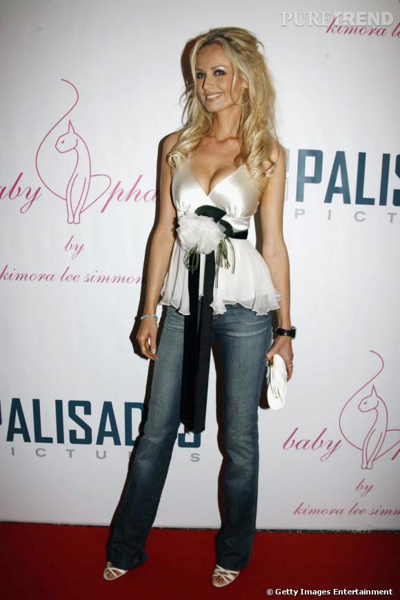 Le satin, une autre passion du mannequin. Adriana Karembeu adore porter des petits hauts sexy et féminin avec un jean.
