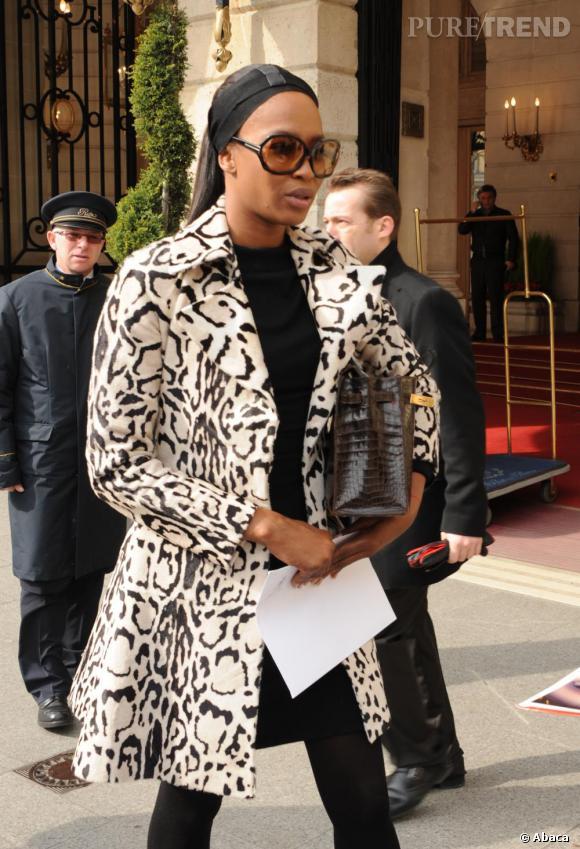 Naomi Campbell devant le Ritz, à Paris.
