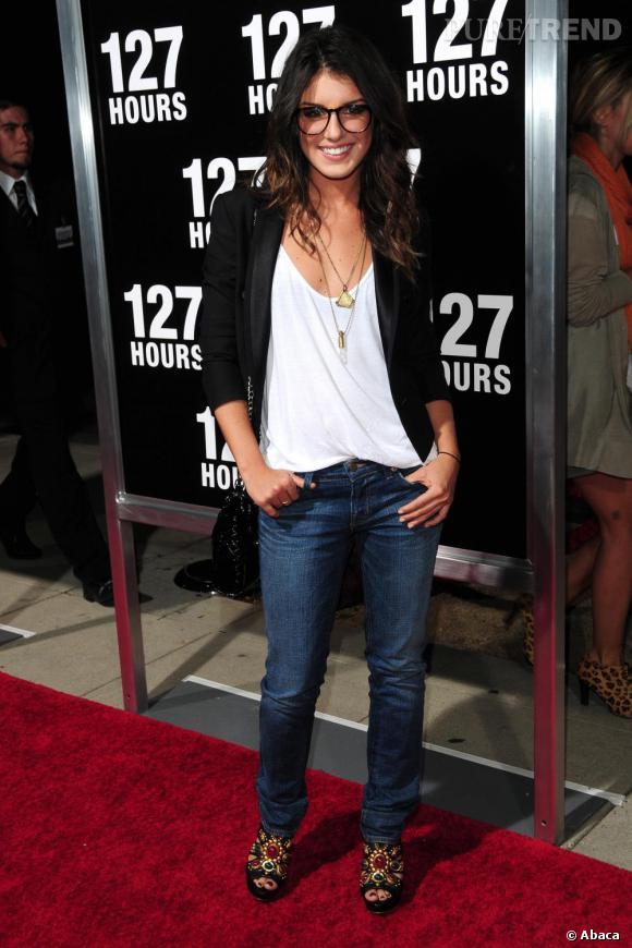 Avec une allure basique à base de jean, top loose et blazer, la jeune femme mise sur les accessoires pour dynamiser son look comme ici avec une paire de peep-toe bijoux et quelques colliers. A noter, les lunettes nerd.