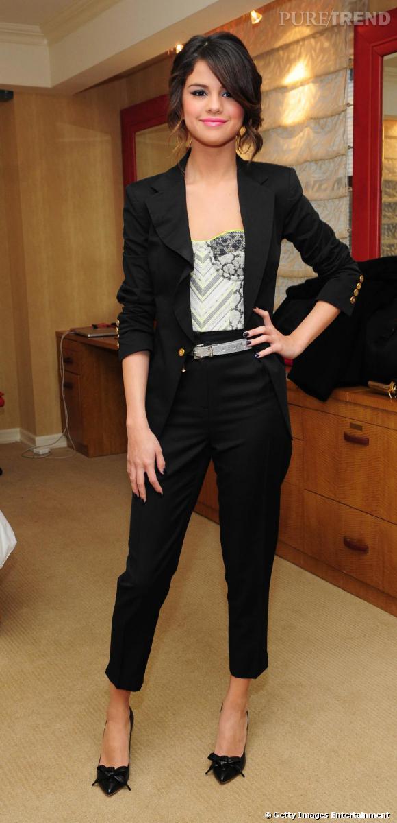Bustier Matthew Williamson rebrodé et détails fluo, Selena Gomez est ultra pointue du haut de ses 18 ans.