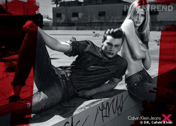 La campagne Calvin Klein Jeans par Mert Alas et Marcus Piggott met en scène une Lara Stone topless aux côtés de Sid Ellisdon.
