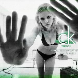 Lara Stone, ultra sexy, se prête au jeu de la caméra pour la campagne printemps-été 2011 de Ck One.