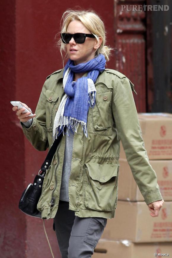 "Naomi Watts, dans les rues de New York, en look ""army""."