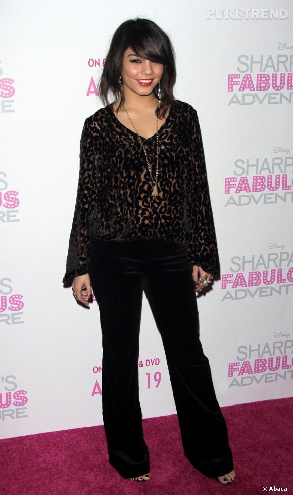 Vanessa mise sur un pantalon 70's en velours noir et un top flirtant avec la transparence.