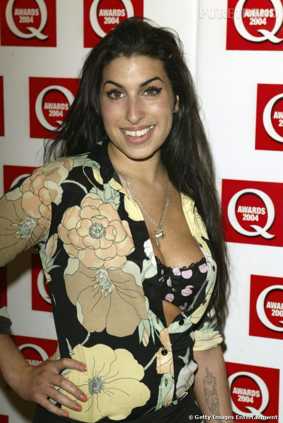 """Le sourire """"soûle sister"""" :  Amy Winehouse n'a jamais représenté le glamour. On comprend mieux pourquoi."""