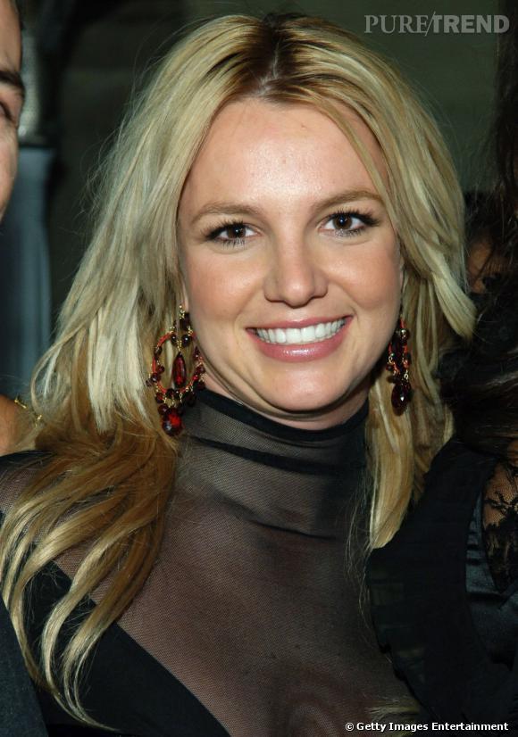 Le sourire double menton :  une spécialité de Britney Spears qui se fait une joie de le faire à chaque fois.