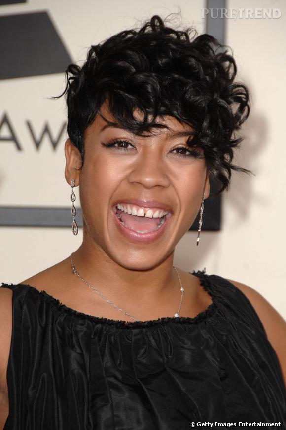 """Le sourire """"bâillement"""" :  Keyshia Cole semble davantage s'ennuyer que rigoler."""