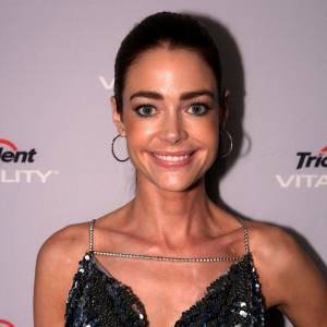 "Le sourire ""Michael Jackson"" : que Michael nous pardonne, mais lorsque Denise Richards sourit, on a la nette impression d'être face à son sosie officiel."