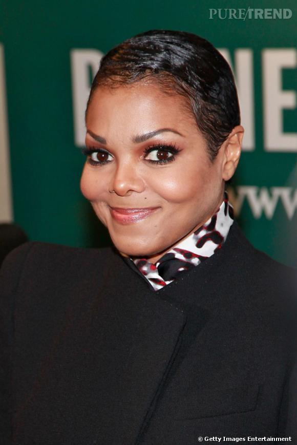 """Le sourire """"poupée de cire, poupée de son"""" :  Janet Jackson semble tout simplement figée."""