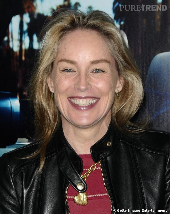 Le sourire forcé Partie II :  Sharon Stone prouve que sa carrière l'a habituée à constamment faire un sourire forcé.