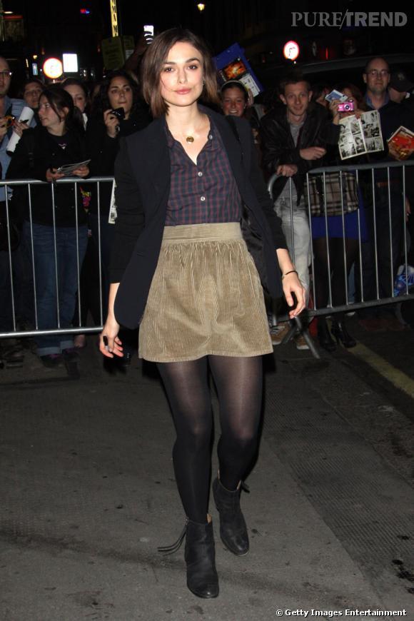 Keira Knightley prend la pose à la sortie du Comedy Theatre de Londres.