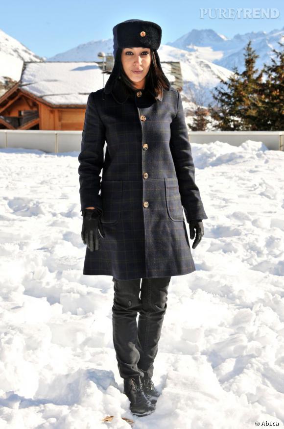 En hiver, Leila Bekhti joue les poupées russes avec une chapka et un manteau d'esprit militaire.