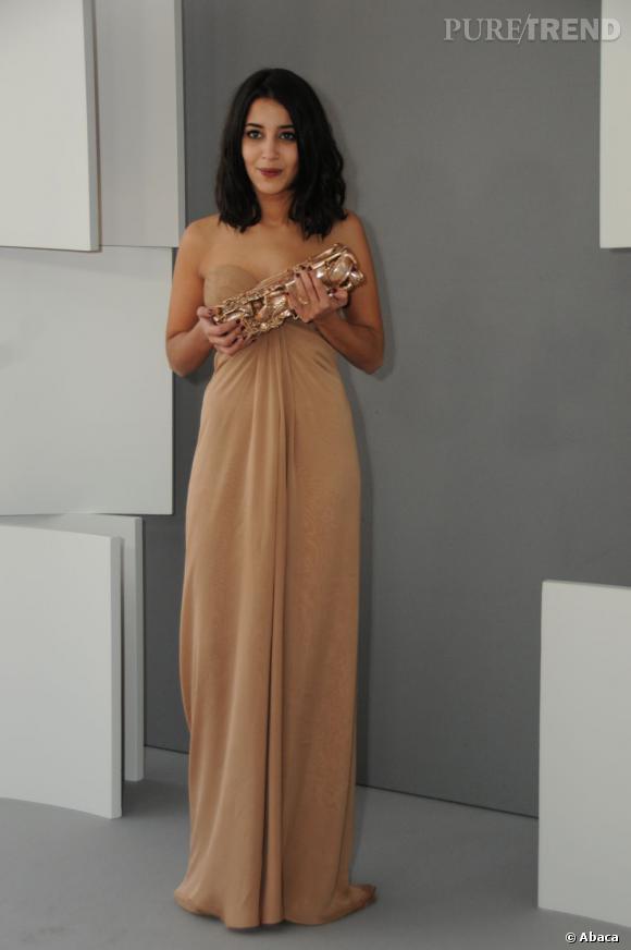 Leila Bekhi fait son entrée aux César 2011, en robe bustier nude Yves Saint Laurent.