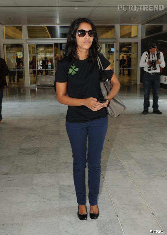 Jean brut, t-shirt basic et lunettes de stars, Leila Bekhti joue la carte discrétion à l'aéroport de Nice.