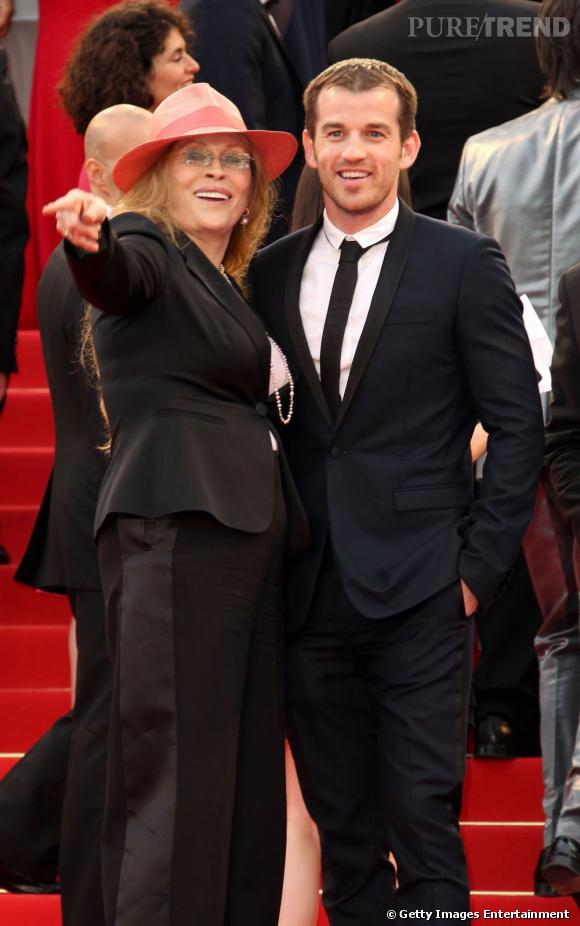 """Faye Dunaway et Liam O'Neil montent les marches pour """"The Beaver""""."""