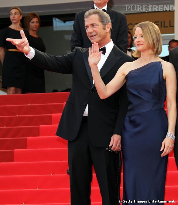 """Mel Gibson et Jodie Foster montent les marches pour le film de l'actrice, """"The Beaver""""."""