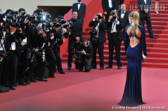 Bar Refaeli affiche sa silhouette parfaite dans une robe Roberto Cavalli.