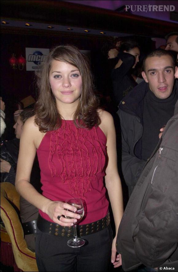 2001 :    Ceinture à clous et débardeur froufroutant, Marion Cotillard n'est pas une fille paillettes.