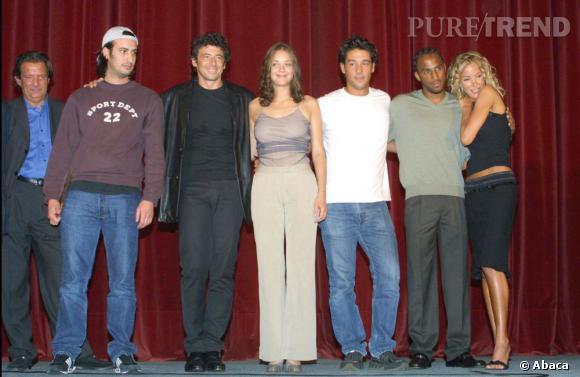 """2001 :    Marion Cotillard et la team des """"Jolies Choses"""" reçoit le Prix Michel D'Ornano. L'actrice parie sur des basiques et du moulant."""