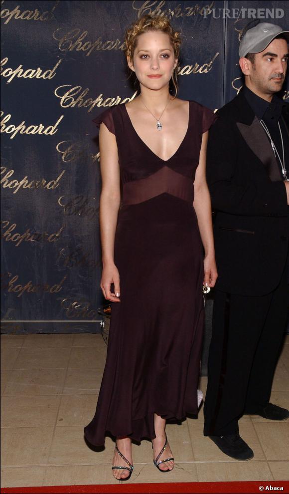 2004 :    Marion Cotillard ose la couleur : du prune.