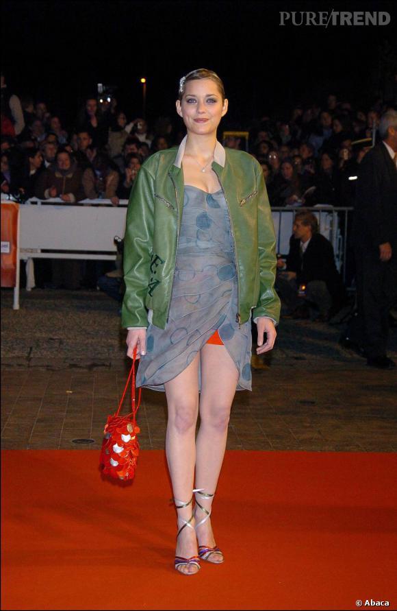 2004 :    Marion tente la robe asymétrique avec un... teddy.