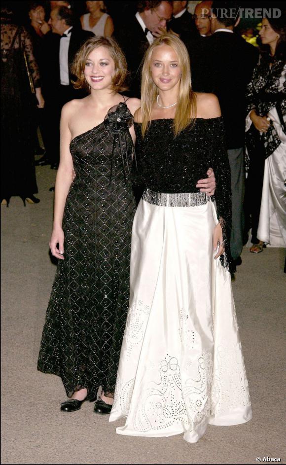 2002 :    Robe asymétrique pour Marion Cotillard qui choisit une longueur aux chevilles. Belle audace.