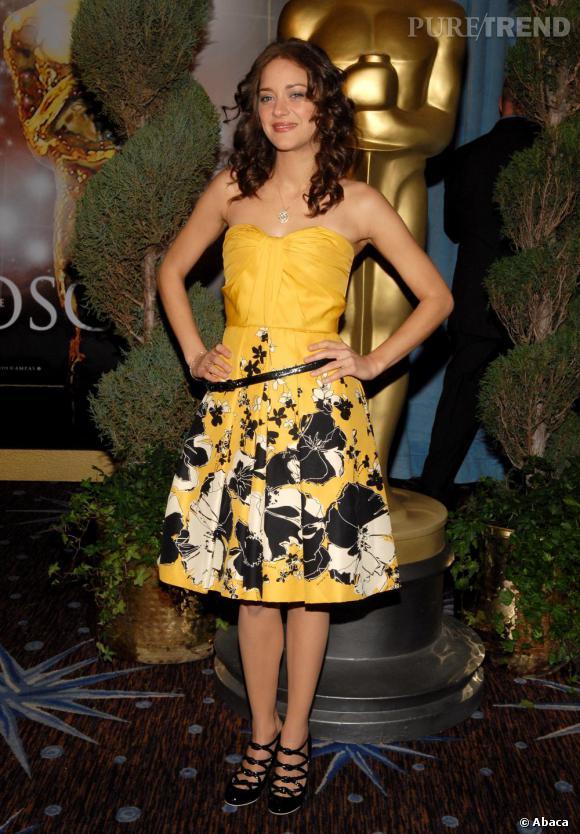 Egérie Dior confirmée, la belle se lâche et ose des robes flashy. La it-girl naît peu à peu.
