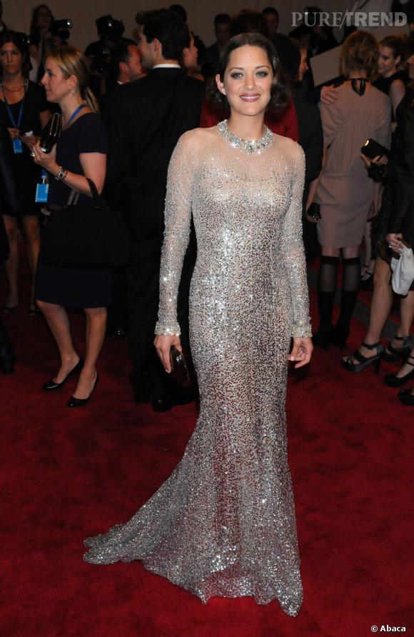 Marion Cotillard n'a plus peur d'oser. Pas même lorsqu'il s'agit de porter une robe à paillettes seconde peau.
