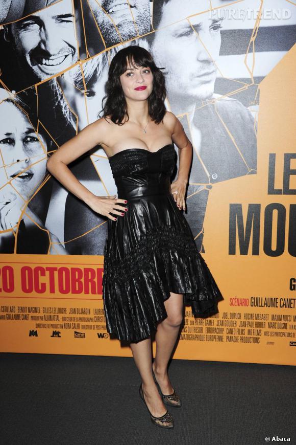 En total look cuir avec une robe Christian Dior, l'égérie de la maison n'a plus peur de faire tourner les têtes.