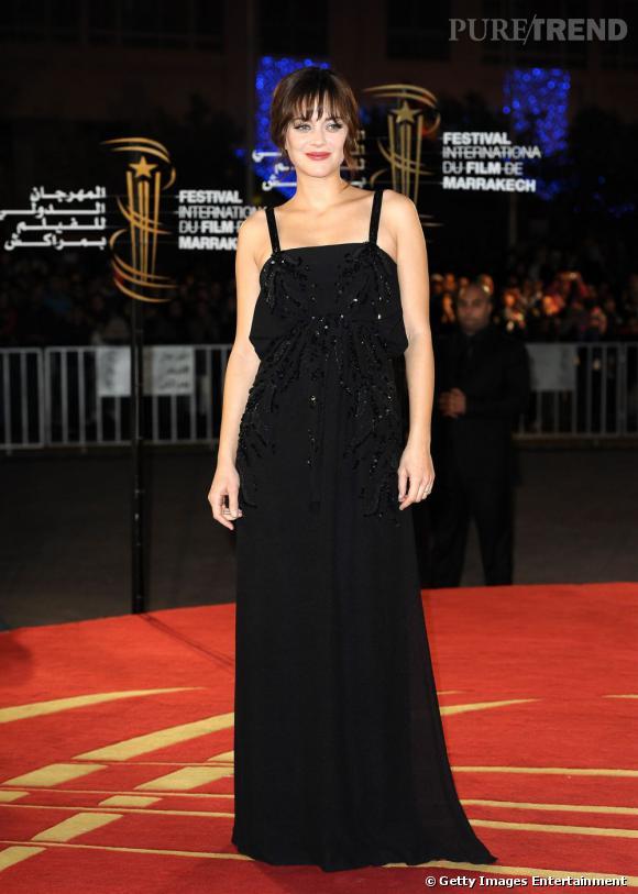 Décembre 2010, Marion Cotillard attend un heureux évènement. Discrète, elle opte pour une longue robe noire de vestale Dior.