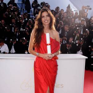 Maïwenn, insolemment sensuelle dans une robe Balenciaga rouge juchée sur une paire de Louboutin.