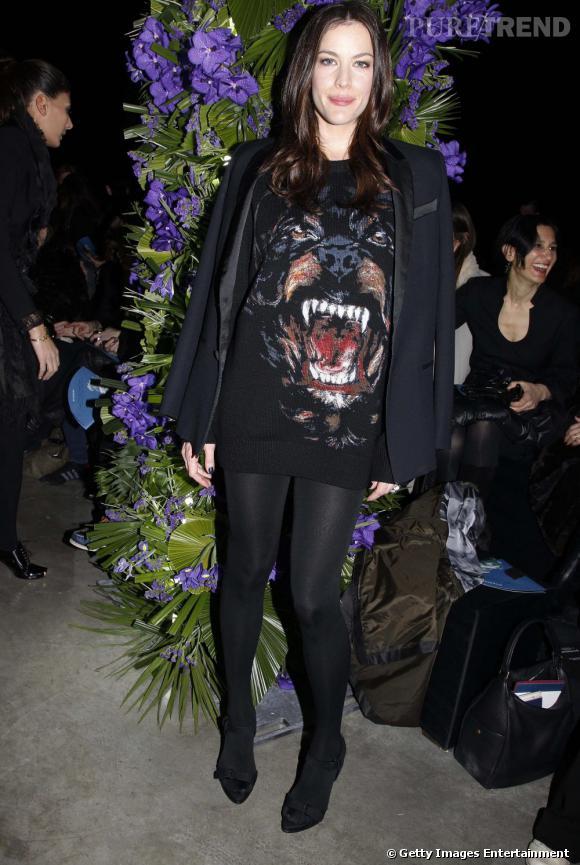 Modeuse attentive, Liv Tyler fait coup double avec son pull régressif et masculin de chez Givenchy !