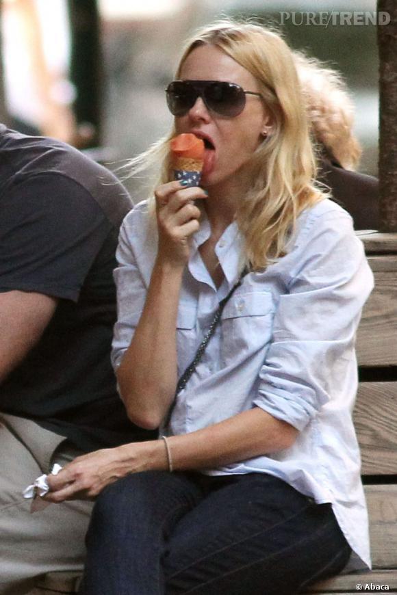 Naomi Watts mange une glace dans les rues de New York.