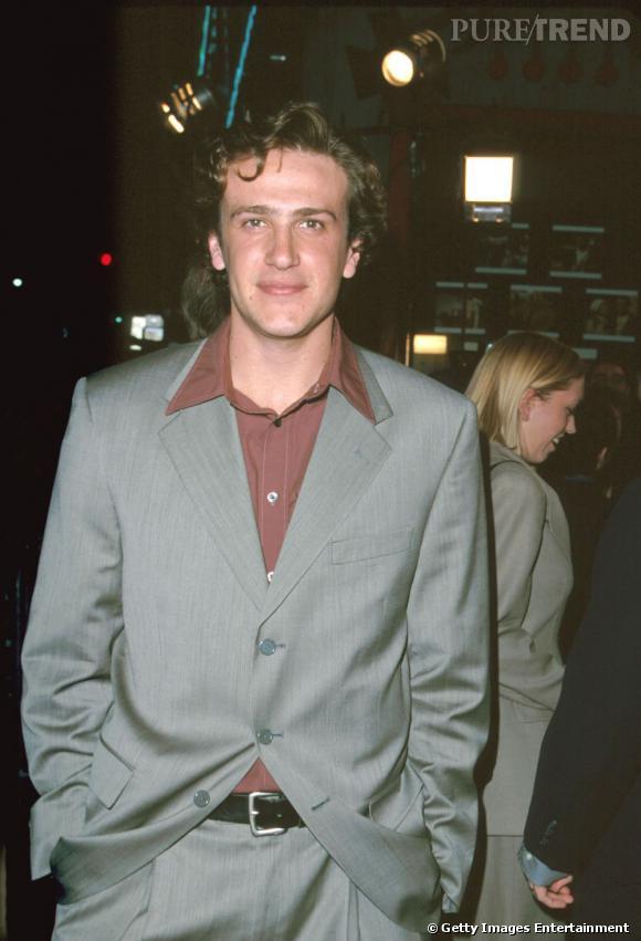 """Découvert en 1998 dans le film """"Un cadavre dans le campus"""", Jason a vite commencé à tourner dans des long-métrages, notamment dans """"11:14"""" ou """"En cloque mode d'emploi"""". Côté séries, il a joué en 1999 dans """"Freaks & Geeks"""" puis dans """"Alias"""" en 2005."""