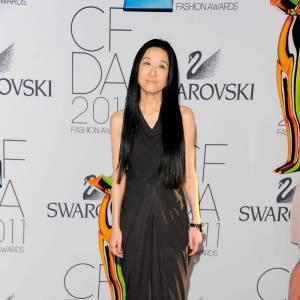 La styliste Vera Wang mise sur une longue robe drapée chocolat pour faire mouche.