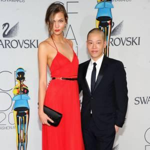 C'est une étourdissante Karlie Kloss qui prend la pose aux côtés de Jason Wu.