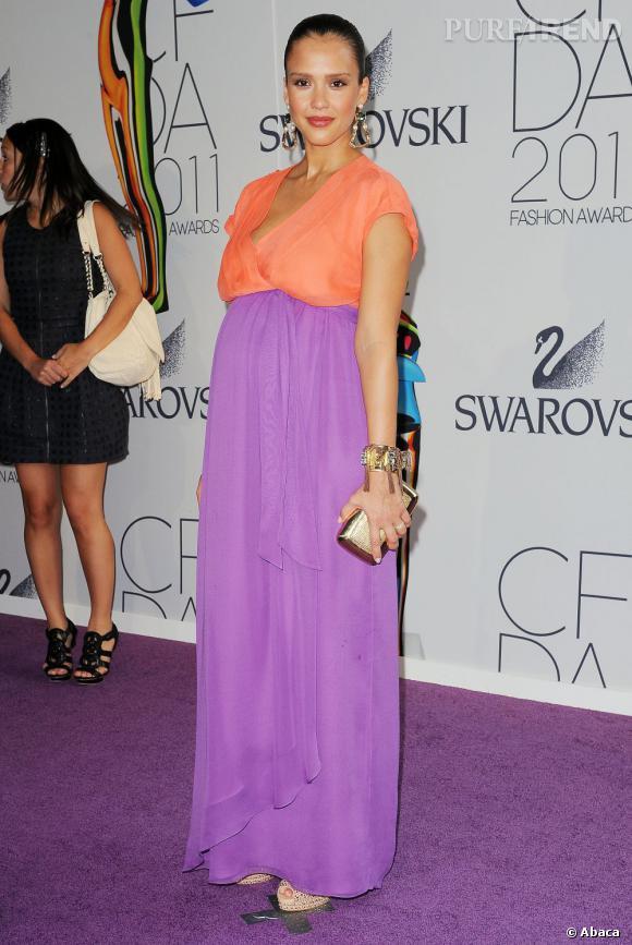 Jessica Alba resplendit dans une robe color block Diane von Furstenberg.