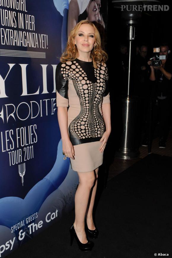 Kylie Minogue, en nude et cuir, lors d'une visite à Warner, en Australie.
