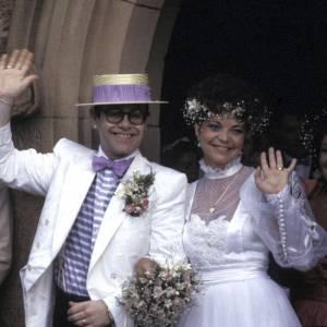 Elton John et... une femme ! Et ils se sont mariés. Elle aurait pu se douter de quelque chose tout de même.