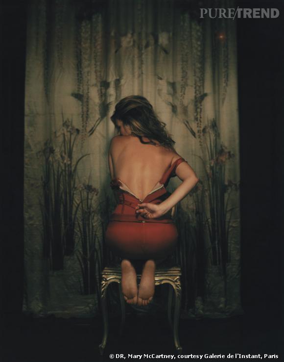 """Mary McCartney a su capturer la seconde facette du top, la femme fatale pour le shooting """"Kate unzipping"""" en 2004."""