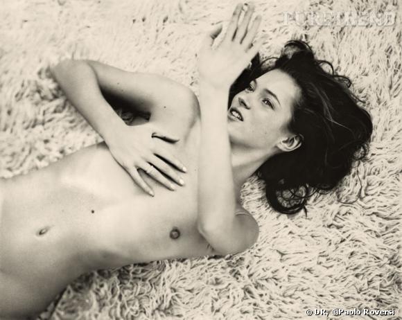 Années 90, Kate s'impose comme icône mode mais aussi grunge et n'hésite pas à poser nue pour Paolo Roversi.