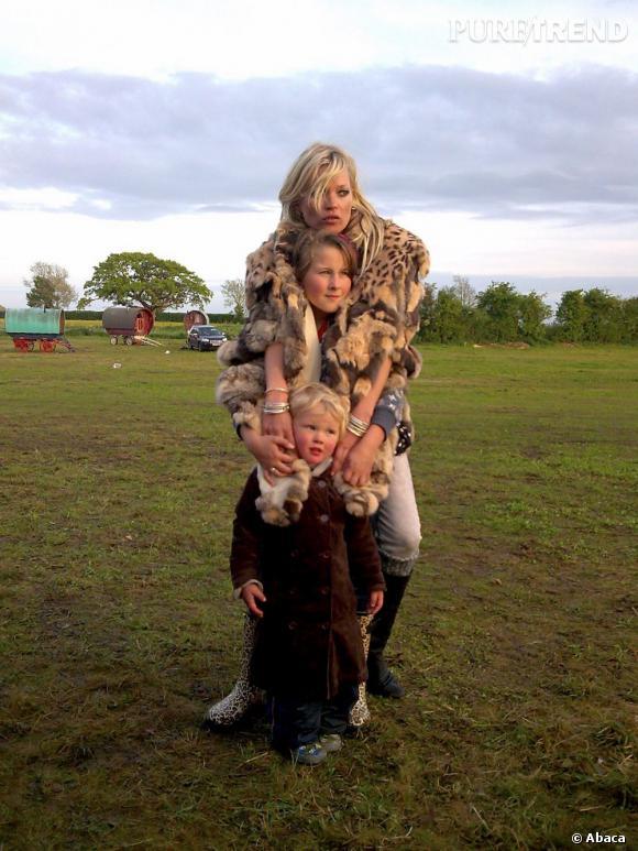 De passage au festival de Glastonbury Kate prend la pose avec des enfants. Elle a le mannequinat dans la peau.