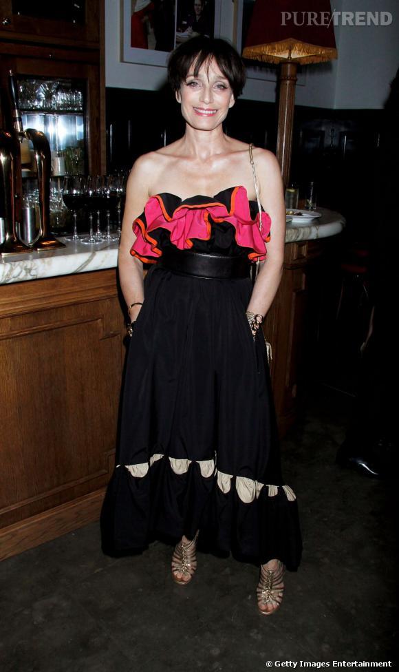"""Kristin Scott Thomas, déguisée dans une robe à froufrous pour l'after-party de la pièce """"Betrayal"""", à Londres."""
